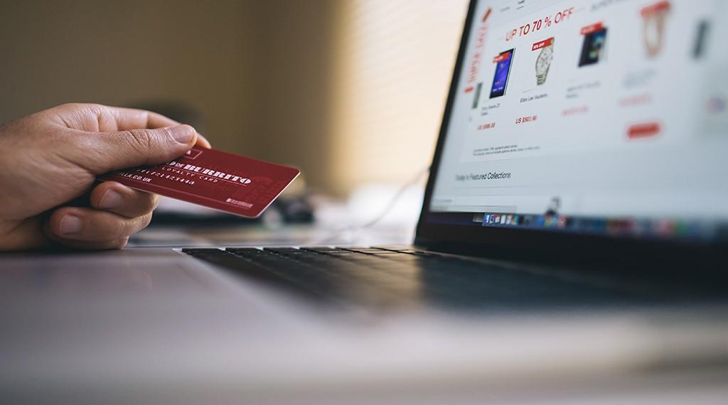 Comercio electronico y un comprador comprando en una tienda online
